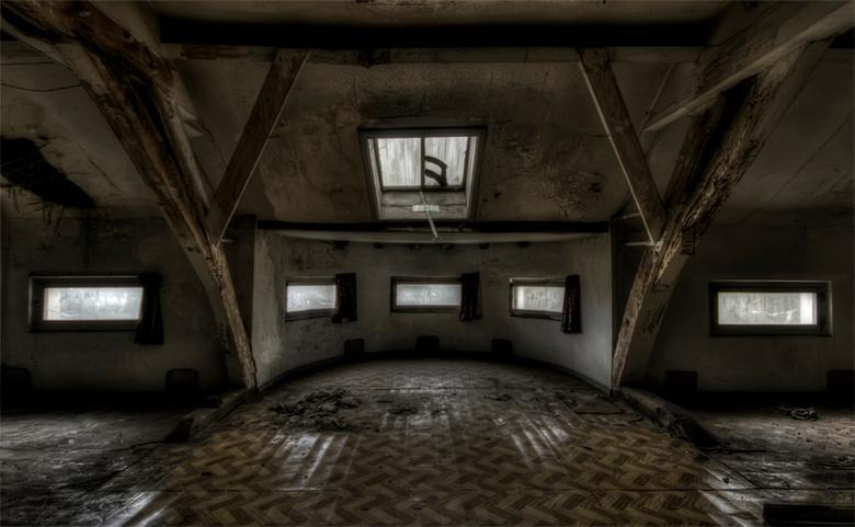 zolder in Belgische verlaten, grotendeels gebarricadeerde villa  - vorige foto 3e verdieping maar dan van binnenuit gezien