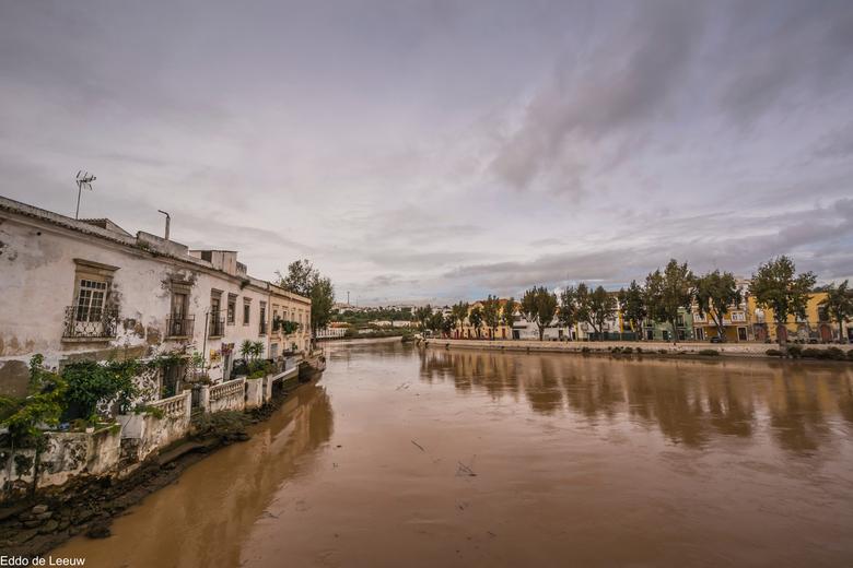 Rio Gilhão, Tavira (Algarve, Portugal) - Na heftige regens een gezwollen afvalvervoerder na zee. Gezien vanf de Ponte Romana in Tavira.
