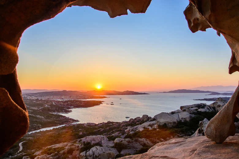 Roccia dell'Orso - Adembenemend uitzicht over de Noordkust van Sardinië vanaf de Roccia dell'Orso (Berenrots) in Paulau/Sardinië.