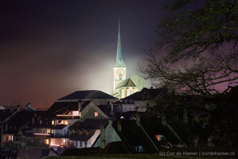 Mist rond de kerk - Voor mijn werk verblijf ik met enige regelmaat in Burgdorf Zwitserland. Omdat ik voor zaken alleen met handbagage reis nam ik tot