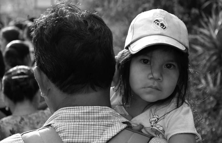Tinkerbell - Dit kleine Tinkerbell meisje mocht met haar papa mee naar de Processie optocht in Antigua. Haar aandacht lag hier echter bij die meneer a