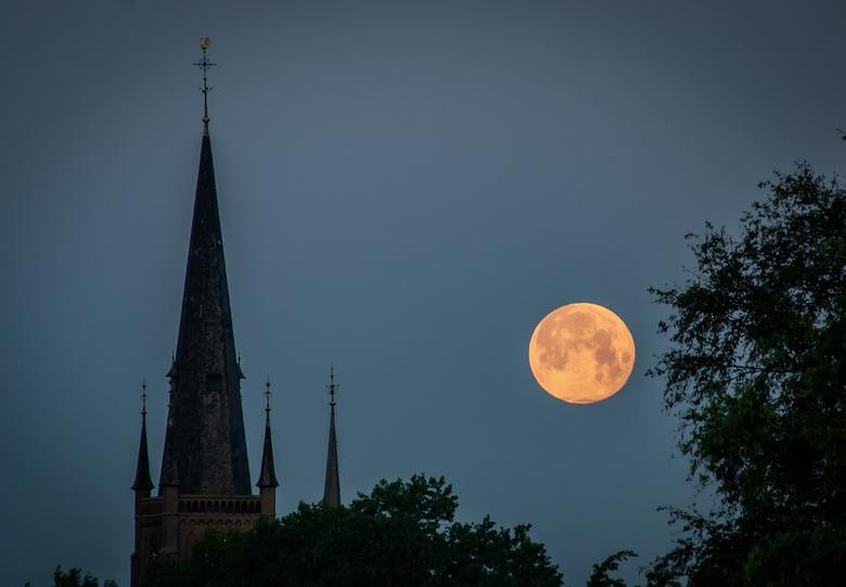 Volle maan boven kerk van Haps - Zorgvuldig gekozen moment en locatie.<br /> <br /> Vanmorgen kwam alles goed samen en kon ik deze foto maken.