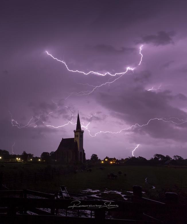 onweer boven de kerk - de laatste foto die ik heb gemaakt van het onweer, en misschien wel de mooiste.
