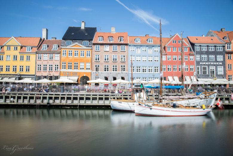 Kopenhagen - Nyhavn is het bekendste stukje van Kopenhagen (Denemarken). <br /> Dit komt door de vrolijk gekleurde huisjes, leuke terrassen en uitgaa