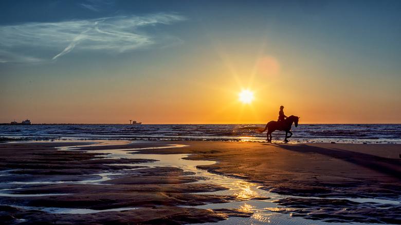 Zonsondergang 6 mei Hoek van Holland - Voor dit soort om mooie zonsondergangen reizen mensen de hele wereld over. Ik heb het geluk dat dit bij mij op
