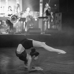 acrobatiek tijdens het optreden