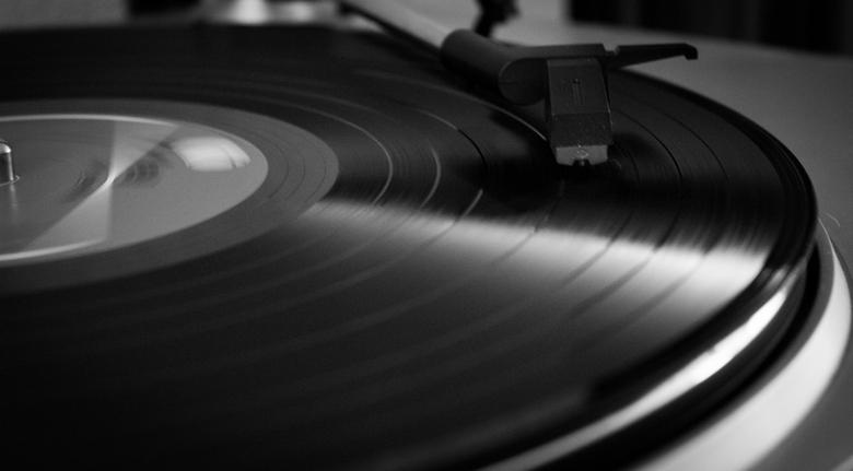Good vibrations - Door de lichtval op de LP mooie foto in zwart en wit.