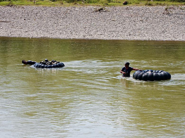 Mijn reis in beeld - Nog zo een arbeid dat daar door veel mannen word gedaan  ze gaan met een band met bodem tegen de stroom van de rivier duiken dan