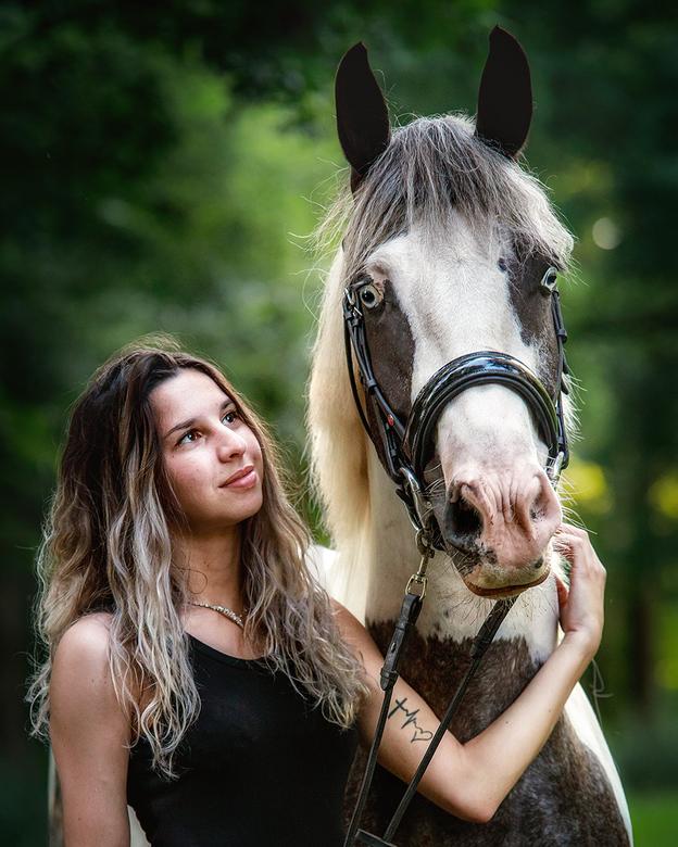 Esio &amp; Elin - Een liefdevolle blik voor haar paard.<br />