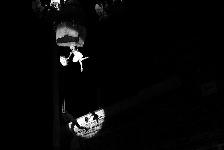 """Vliegen boven Brabo.. - Antwerpen - Danseres van het Tol theater zwiert over het Brabo monument ter ere van het 500 jarige bestaan van de """"Onze-L"""