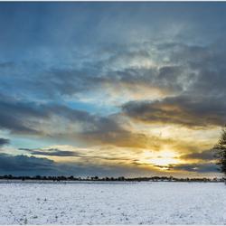 Zonsopgang op een koude witte morgen