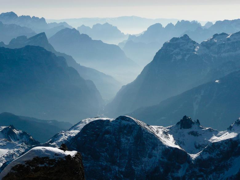 Bergen met silhouet - Met de gondel omhoog bij de Marmolada in de Dolemieten van Italië leverde dit uitzicht op de bergen in de omgeving. <br /> Na h