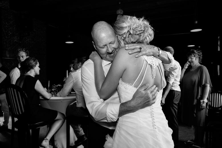 Bruid en vader - De bruid krijgt een dikke knuffel van haar vader.