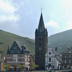 Bewerking: De St-Michaelskerk van BernKastel, bijgesneden.