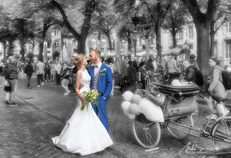 Wedding in Maastricht - Terwijl je wandelt ziet ge zoveel liefde .... en dan kan je niet anders dan even stilstaan en ervan profiteren , om er een leu