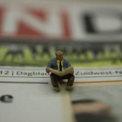 Lezend op de krant