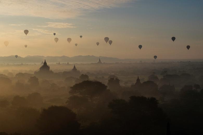 Sunset - Bagan -Myanmar - Een vroege morgen in Bagan - Myanmar - De zon komt op boven de eeuwenoude site.