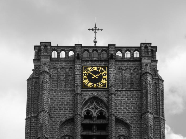 Gele klok - Met behulp van de selective color optie op mijn (oude) camera.<br /> <br /> (Foto uit: 6-8-2017)