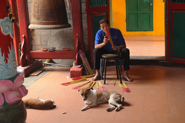 wierookstokken en honden 1603218185mw - in de tempel van de Jaden keizer maar wel vroeg en zonder groep .links een klok