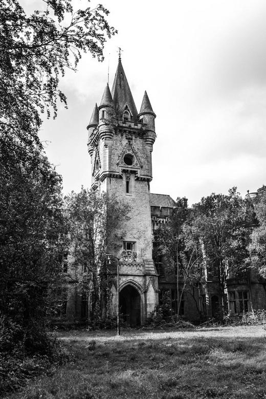 Chateau Noisy 3.jpg - Om de sfeer van de locatie goed weer te geven heb ik gekozen om deze foto in PS Lightroom te bewerken naar zwart-wit.
