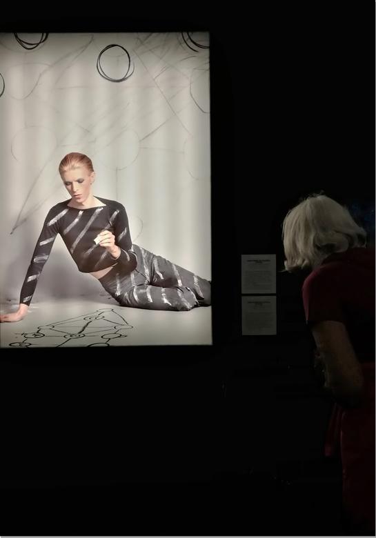 Creatie  . . levensboom -  . .  . deze foto toont Bowie die een kabbalistische levensboom tekent tijdens een fotoshoot voor het album maar werd uitein