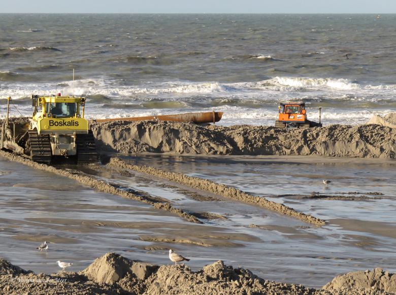 Met z'n tweeën.... - Hier zie je dat er achter het dijkje ook een schuiver bezig is, dat wordt het strand waar die oranje bezig is.<br /> Je ziet daa