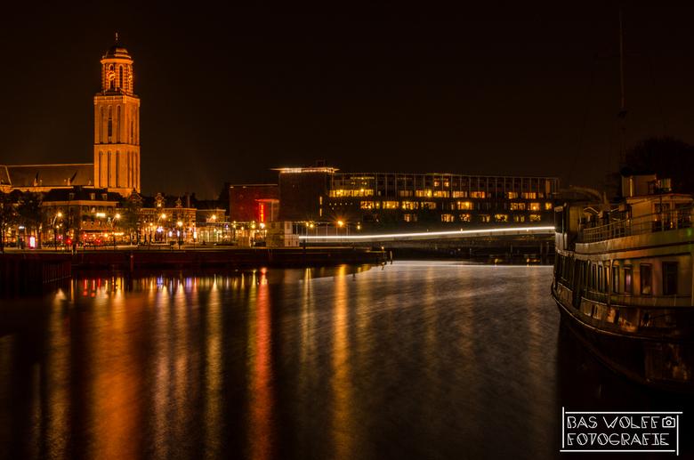 Gracht - Ik heb eindelijk weer een beetje tijd en inspiratie gevonden om te gaan fotograferen. Hier zien jullie de Peperbus in Zwolle, ook wel de trot