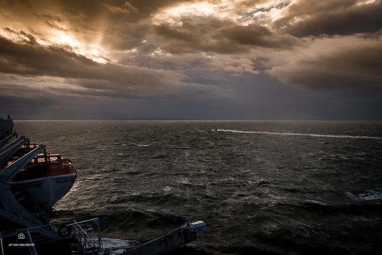 tegenwind - Vlak voor de Nederlandse kust. Na een fikse storm, gisternacht, leek het hier wat rustiger. Ik kon deze foto alleen maken door mezelf met