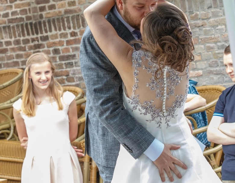 Wedding Kiss  - Zo mooi hoe het nichtje lachend toe kijkt en neefje het niet wil zien...