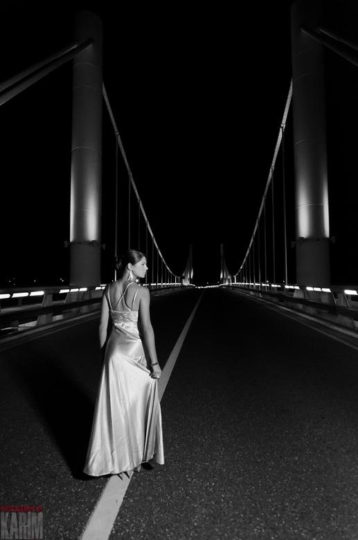 The Bridge 2 - Nachtelijke foto's met model bij een brug.