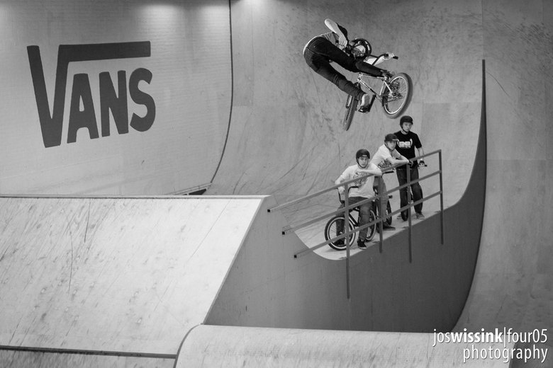 BMX Blasting - Tom van den Boogaard laat zien hoe je vliegt op een BMX fiets met een super clicked 360 lookback  over de jumpbox bij de #braaab bmx co