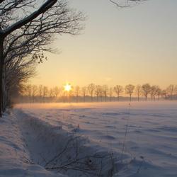 Winterlandschap met zonsdondergang