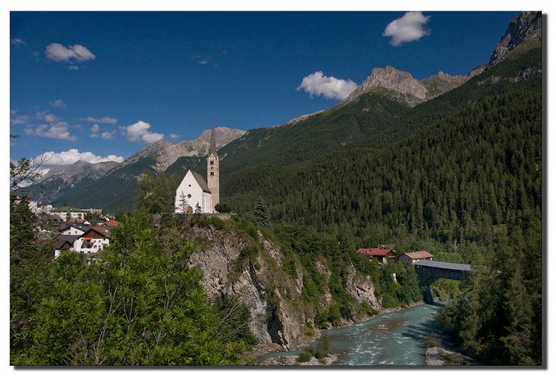 Scuol - Het oude deel van het stadje, met de kerk op een rots en de oude overdekte houten toegangsbrug over de Inn.<br /> Graubunden - Unter Engadin