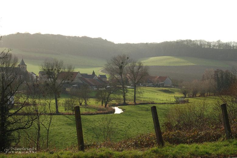 Vanaf de andere kant .... - Nieuwjaarsdag in Zuid-Limburg. Vanaf de spoorbaan zicht op Oud-Valkenburg.<br /> Het pad achter de bebouwing leidt naar d