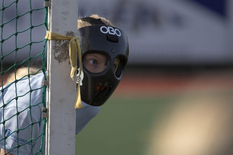 Met masker - Bij een strafcorner hebben de verdedigsters een masker op. Hier Bente, volop geconcentreerd.