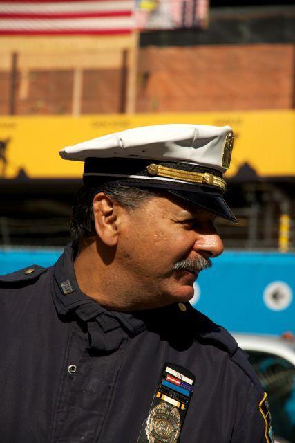Verkeerspolitie bij Freedom Tower, New York - Een verkeersagent die verkeer in goede banen leidt in New York in omgeving Freedom Tower