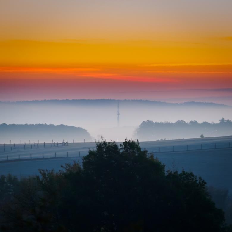 Mistige ochtend in de Eifel - Het was een mistige morgen in de Eifel met prachtige kleuren tijdens de zonsopgang