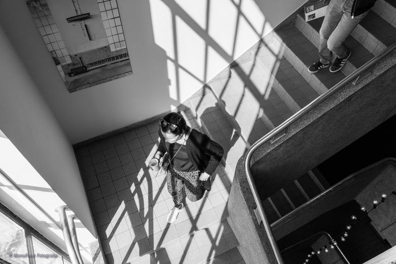 Lichtspel - In het oude electrabelgebouw in Schelle, België. Mooi trapzaal met prachtig invallend licht.
