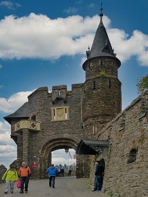 P1330156a zoom - De poort ingang naar het kasteel Reichsburg, bij de plaats Cochem Duitsland,<br /> <br /> 14 oktober 2016.<br /> Groetjes, Bob.