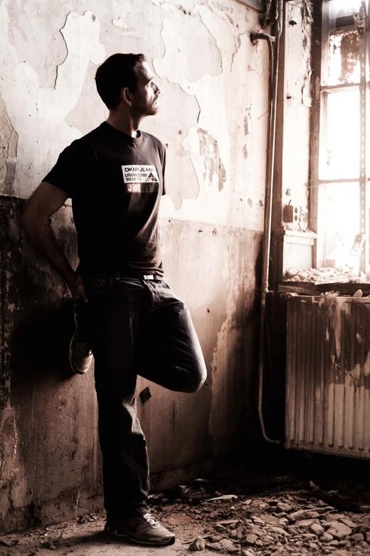 Loneliness - Eenzame man in vervallen gebouw.