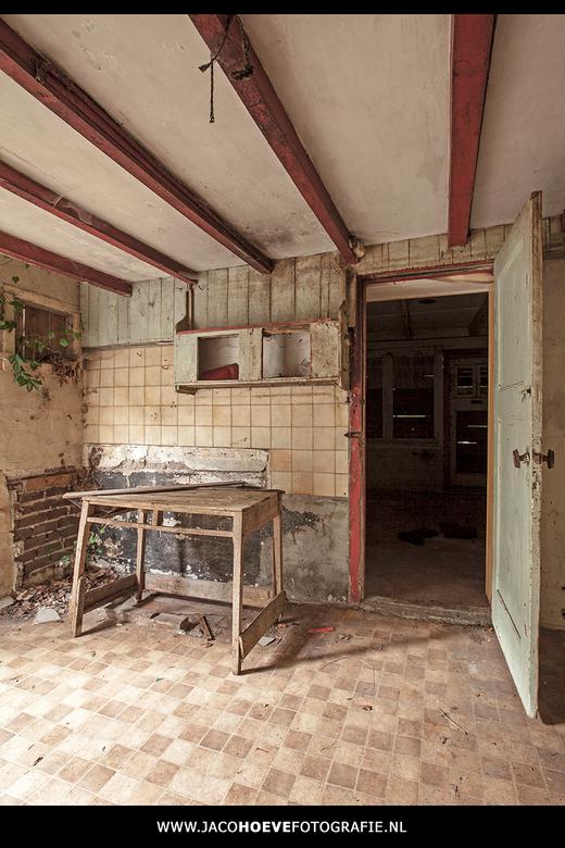 """Verlaten boerderij... - De keuken is netjes opgeruimd! <img  src=""""/images/smileys/smile.png""""/>"""