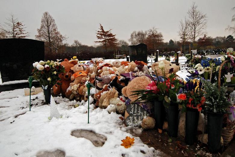 3.JPG - Vandaag naar de begraafplaats geweest om een bloemetje bij het graf van mijn ouders te leggen,toen ik dit graf zag met ik schat zeker 200 knuf