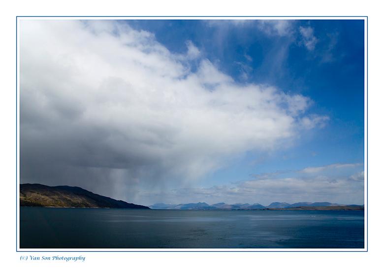 Regen op komst - Gedurende de overtocht naar Mull, Schotland konden we van dit soort uitzichten genieten.<br />