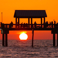 Zonsondergang kijken op de pier