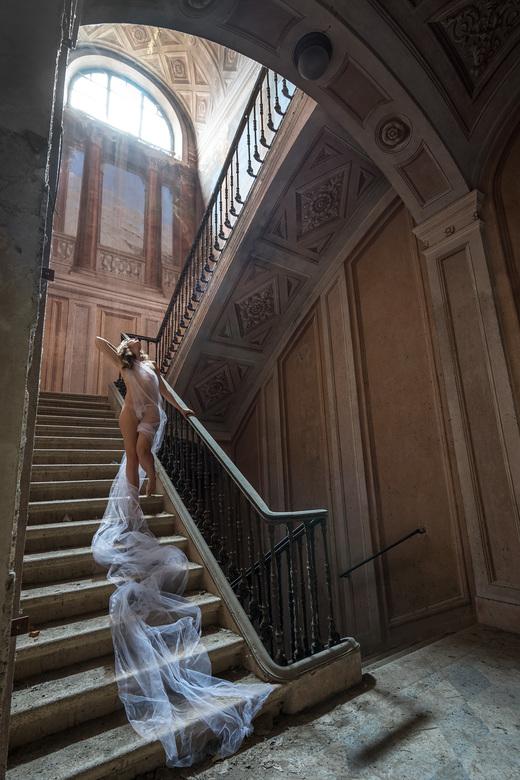 Embrace the light - Palazzo Di L is een paleis in verval gelegen in het centrum van een klein dorpje in Italië. Het gebouw is duidelijk een aantal eeu