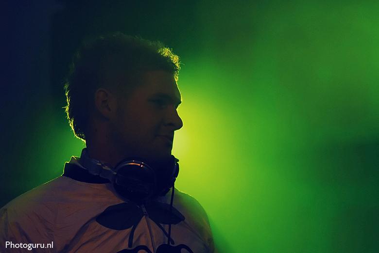 DJ Silhouette foto - Meestal als ik een dj op de foto zet flits ik in om zijn of haar gezicht mooi te belichten. Nu had ik de flitser eens uitgezet op