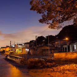 dorp aan de rivier.