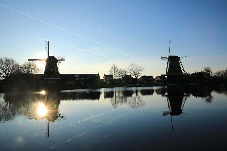 Molen de Vriendschap - #molens #contrails #landschapsfotografie #zonsondergang #devecht #blueskies #reflectie<br />