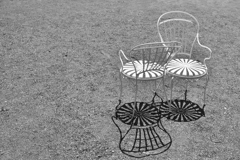 schaduwspel - Ik zag deze stoeltjes afgelopen zomer  staan op een uitzichtspunt bij kasteel in Italie. Door hun grappige vorm en witte kleur vroeg dit