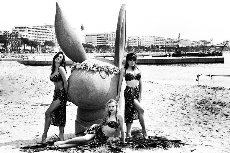 Cannes 1992 -2- - Tussen oude negatieven, die ik aan het inscannen ben, vond ik deze opnamen die ik in 1992 op het strand van Cannes maakte. Deze dame